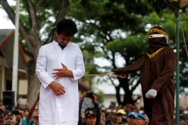 Una pareja homosexual recibe un castigo de 83 azotes en público en Indonesia