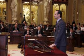 Bauzá llega al Parlament, reitera que no va a esconderse y Antich se 'despide' de Pastor