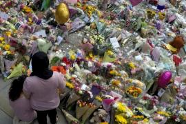 Familias rotas de dolor homenajean el recuerdo de sus hijos asesinados en el atentado de Manchester