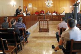 El tribunal visiona las imágenes de las cámaras de los locales asaltados