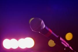 Apuñala a un invitado de su boda por reírse de su interpretación de karaoke