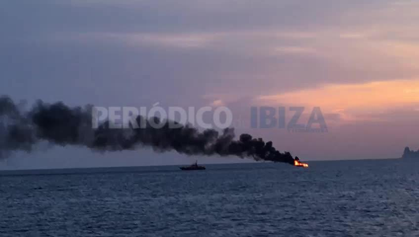 Rescatados los dos tripulantes de una lancha que ha ardido en la zona de es Freus