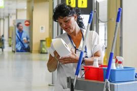Los empleados de la limpieza del aeropuerto cobran dos de las cuatro nóminas pendientes