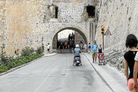 Dalt Vila, un barrio inexpugnable en coche tras la peatonalización del centro