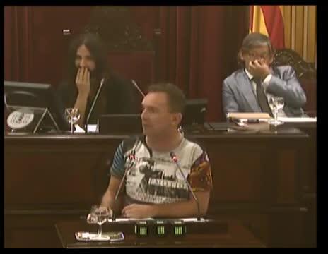 Risas en el Parlament por la peculiar intervención del diputado de Podemos Salvador Aguilera