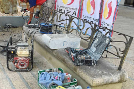 Vila inicia la rehabilitación de los 20 bancos de Vara de Rey