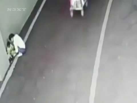 Un bebé es abandonado en un aparcamiento