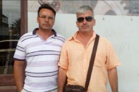 El canario Carlos Alemán y el mallorquín Juan Fernández, en Cabo Verde, tras salir de prisión.