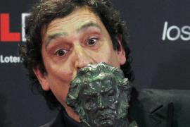 Spanish director Agusti Villaronga kisses his award for Best Director backstage at the Spanish Film Academy's Goya Awards ceremo