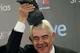 Former Barcelona mayor Pasqual Maragall holds his Goya Award for Best Documentary Film backstage at the Spanish Film Academy's G
