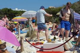 Palma sucesos desmadre en las playas de Capdepera. Miles de turistas hacen botellón, cristales y asan pollos. fotos R.S. (4).jpg