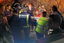 Los bomberos rescatan a una mujer herida grave tras caerse en un acantilado de Cala Llonga