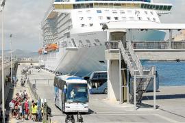 6.000 turistas a bordo de cuatro cruceros inundan Dalt Vila y reactivan la Marina