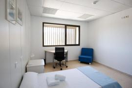 Las habitaciones ya tienen televisor, se han decorado y hay más mobiliario.