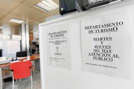 El departamento de Turisme del Consell sólo atiende al público tres días a la semana