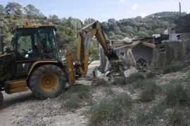 Costas derriba otras dos casetas en Cala Molí