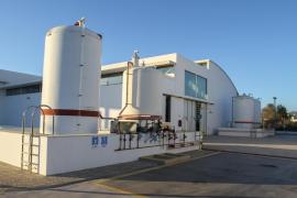 Vidal explica que si es necesario se usarán generadores para poner en marcha la desaladora de Santa Eulàlia en verano