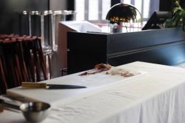 El chef Ricardo Sanz enseña cómo cortar los pescados en el restaurante Zela
