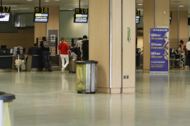 El sindicato de Policías denuncia la «permisividad» en el consumo de alcohol en aeropuertos y vuelos de Baleares