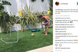 Cesc Fàbregas juega al fútbol en Ibiza con su hijo de dos meses