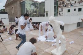 Alumnos de la Escola d'Arts realizan una 'performance' en el MACE.