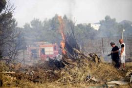 Incendio en un solar frente a unas viviendas en Cala de Bou