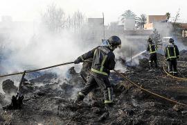 Alarma en Cala de Bou por un fuego en un solar frente a unas viviendas