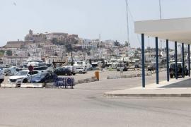 El Consell d'Eivissa y la cofradía de pescadores alertan del riesgo de accidente en el muelle por falta de control