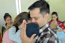 Una familia feliz tras la adopción de un bebé. La adopción internacional tarda unamedia de 2 a 4 años en hacerse efectiva, aunqu