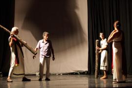 Los alumnos de la compañía Arts i Oficis ensayan 'Lisístrata' en Can Ventosa (Fotos: Daniel Espinosa).