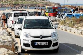 Denuncias «diarias» del autobús de Platges de Comte por el incivismo de los conductores