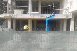 Sant Josep asegura que las obras de un edificio de Cala Vedella cumplen con los horarios