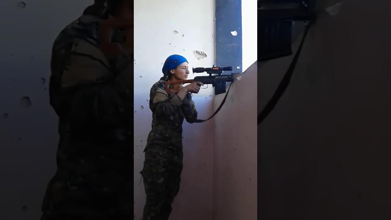 Así reacciona una francotiradora kurda cuando una bala del Dáesh le roza la cabeza