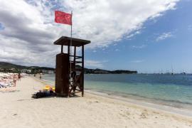 Bandera roja en la playa de Talamanca por la rotura del emisario