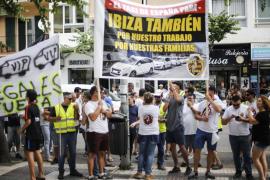 Elite Corsaris d'Eivissa protesta frente al Consell contra los taxis pirata