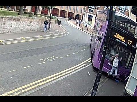 Sobrevive al atropello de un autobús y se levanta por su propio pie