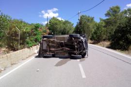 Aparatoso vuelco sin heridos en la carretera de sa Caleta