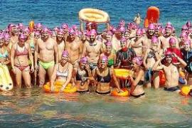 Un total de 240 nadadores saltan al mar contra la fibrosis quística en Formentera
