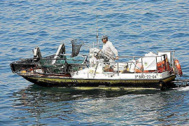 Siete embarcaciones empiezan a limpiar el litoral de Ibiza y Formentera