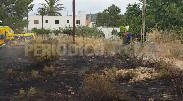 Un incendio ha calcinado una zona de rastrojos en Sant Antoni
