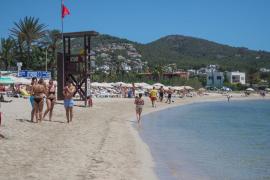 Malestar en la playa de Talamanca por la mala imagen que se ofrece con la bandera roja