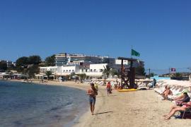 Bandera verde en la playa Talamanca tras cuatro días cerrada al baño