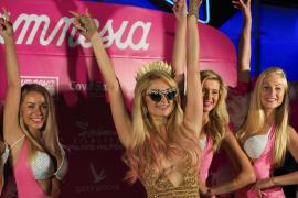 Paris Hilton deslumbra en la fiesta Foam & Diamonds por quinto año consecutivo