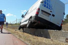 Una furgoneta se estrella contra el muro de la carretera principal de Formentera