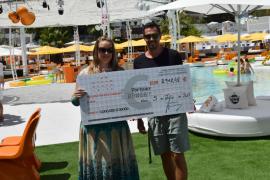Ocean Beach Ibiza entrega un cheque de 2.918,46 euros a Apneef