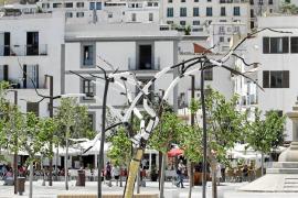 'Pájaro', una escultura para concienciar sobre la situación de los almendros de Ibiza