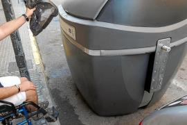 Solo seis de los mil contenedores de Vila están adaptados para personas con discapacidad