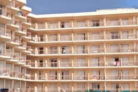 Un joven, en estado crítico tras precipitarse desde el balcón de un hotel en Ibiza