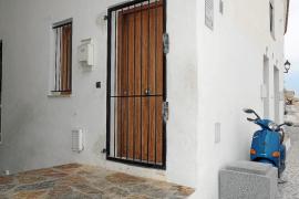 Desalojan el piso ocupado ilegalmente en las viviendas sociales de Dalt Vila