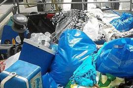 Denuncian a 28 vendedores ambulantes en ses Salines y decomisan 800 kilos de material